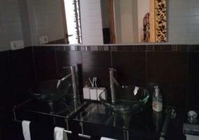 Aseo de la casa con lavabos de cristal