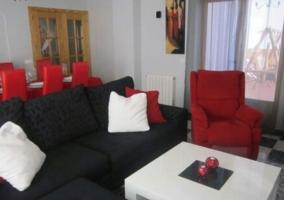 Sala de estar y comedor con sillones en gris oscuro