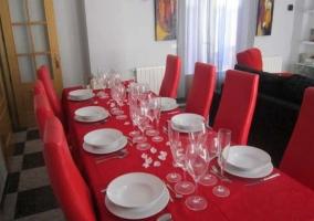 Sala de estar y mesa de comedor con mantel en rojo