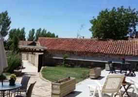 Acceso a la casa con terraza y mesa