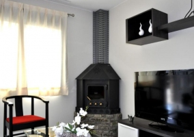 Sala de estar en grises y negros con chimenea