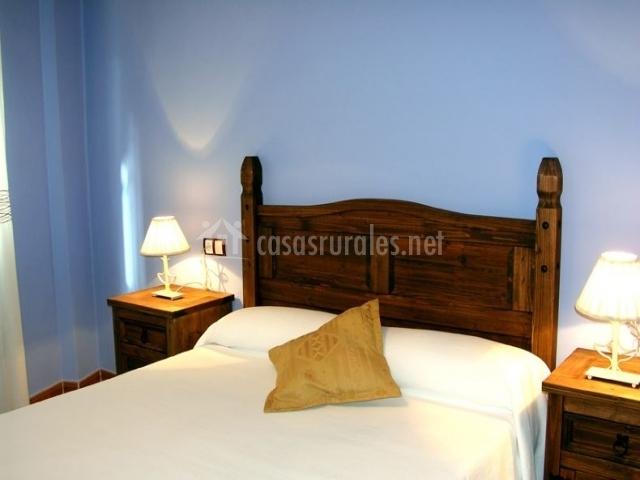 Dormitorio de matrimonio con cabecero rústico
