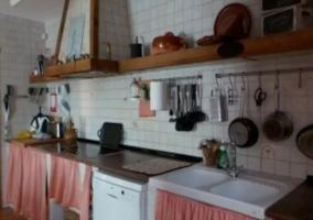 Cocina con vitro y utensilios