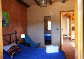 Dormitorio de matrimonio con colcha en azul