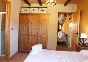 Dormitorio de matrimonio con su aseo y la ducha