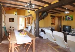 Sala de estar con la mesa de madera y sillones al lado