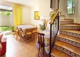 Mesa de comedor junto al jardin y escaleras de la casa rural