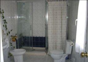 Aseo de la casa con ducha y juegos de toallas