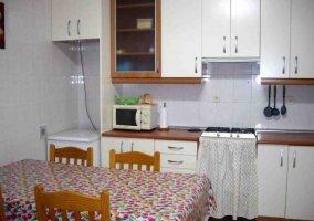 Cocina comedor con armarios en blanco