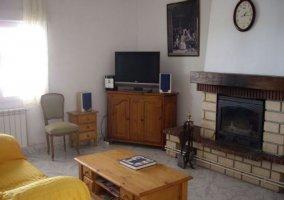 Sala de estar con chimenea y mesa de madera