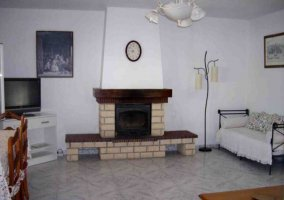 Sala de estar con chimenea y sillones