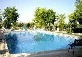 Vistas de la piscina con bancos