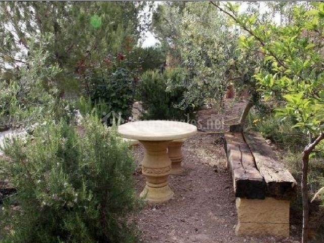 Mesa y banco de piedra