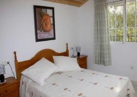 Dormitorio con cuadro en la pared