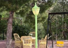 Mesa y sillas de mimbre y columpios
