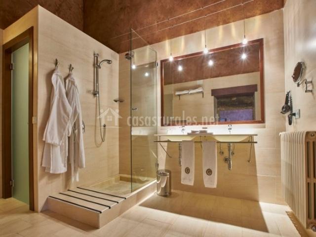 Suite y su aseo amplio con ducha