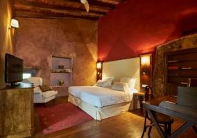 Suite con espacio de dormitorio y televisor