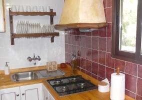 Cocina con azulejo en la casa rural
