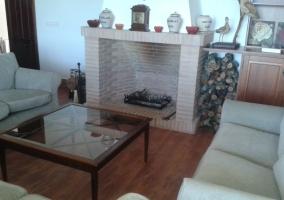 Salón de la casa rural con chimenea