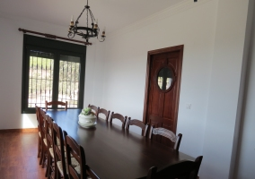 Salón de la casa rural con chimenea de ladrillos