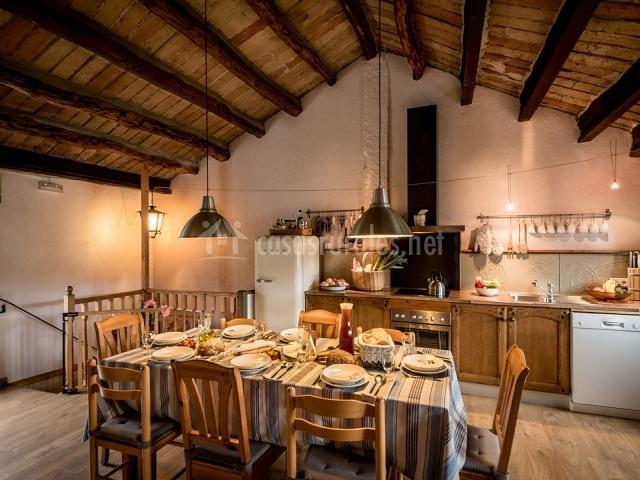 Cocina y comedor con mesa