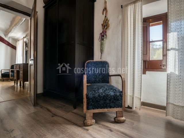 Dormitorio con silla