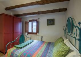 Dormitorio con muchos colores