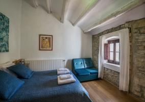 Dormitorio con colchas azules