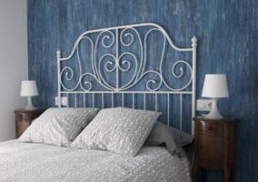 Dormitorio azul con cama blanca