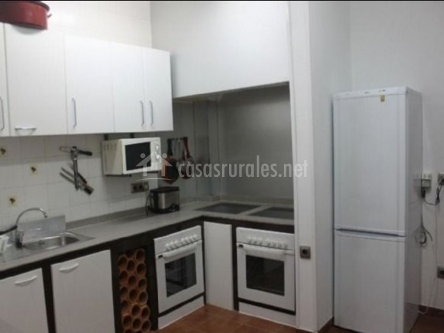 Cocina con armarios de color blanco