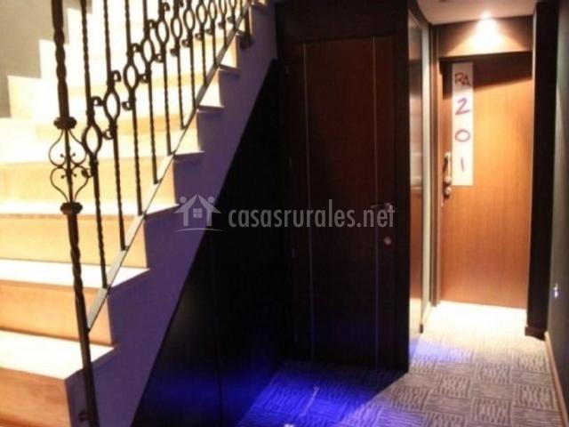 Pasillo de la estancia con las escaleras al lado