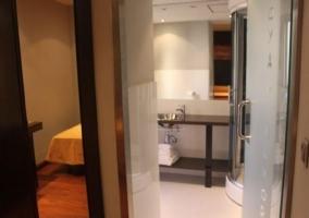 Dormitorio de matrimonio y aseo con hidromasaje