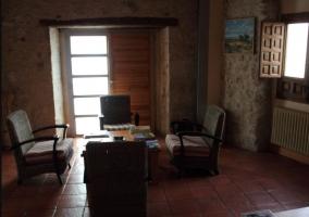 Sala de estar con sillones en color rojo y mesa auxiliar