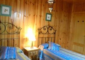 Camas individuales en habitación de madera