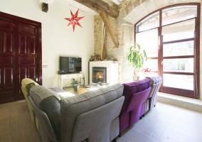 Salón loft con chimenea