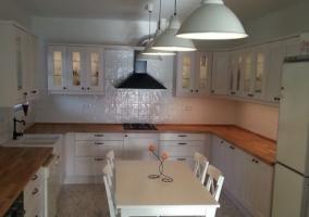 Cocina de la casa en madera y blanco