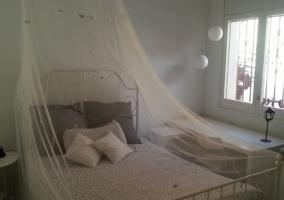 Dormitorio de matrimonio en blanco