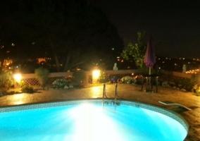Vistas de la piscina por la noche