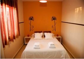 Dormitorio amarillo de matrimonio de la casa rural