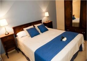 Dormitorio azul de matrimonio de la casa rural