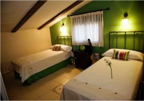 Dormitorio doble abohardillado en la casa rural