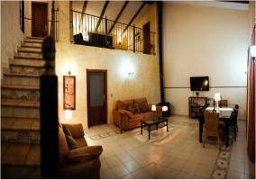 Salón de la casa rural con escaleras