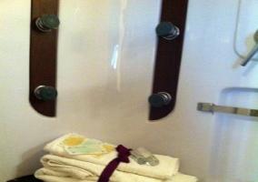 Toallas en el baño con hidromasaje