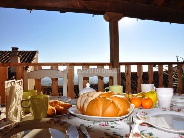 Desayuno preparado en la terraza