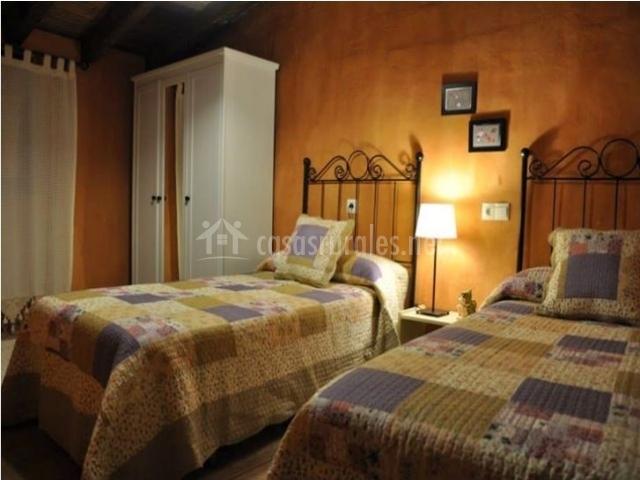 Dormitorio morado con dos camas
