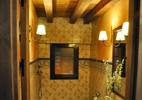 Aseo con plato de ducha y vigas de madera.JPG