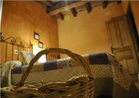 Dormitorio, detalle de la cesta