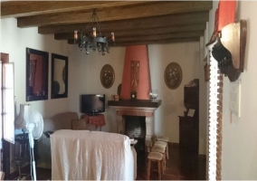 Salón con chimenea y espejos