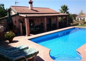 Vista general de la casa con piscina