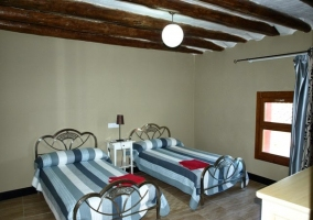Dormitorio de matrimonio con ropa de cama